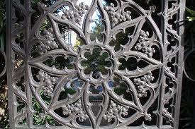 Kovane ograje, kljub hladnemu materialu izražajo toplino