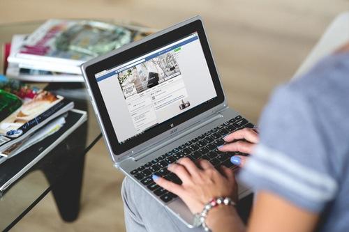 mlada ženska uporablja brezžični internet na prenosnem računalniku